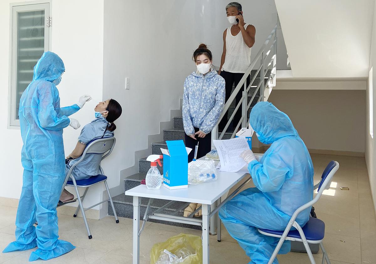 Nhân viên y tế Quảng Nam lấy mẫu xét nghiệm ngày 9/5. Ảnh: Sơn Thủy.