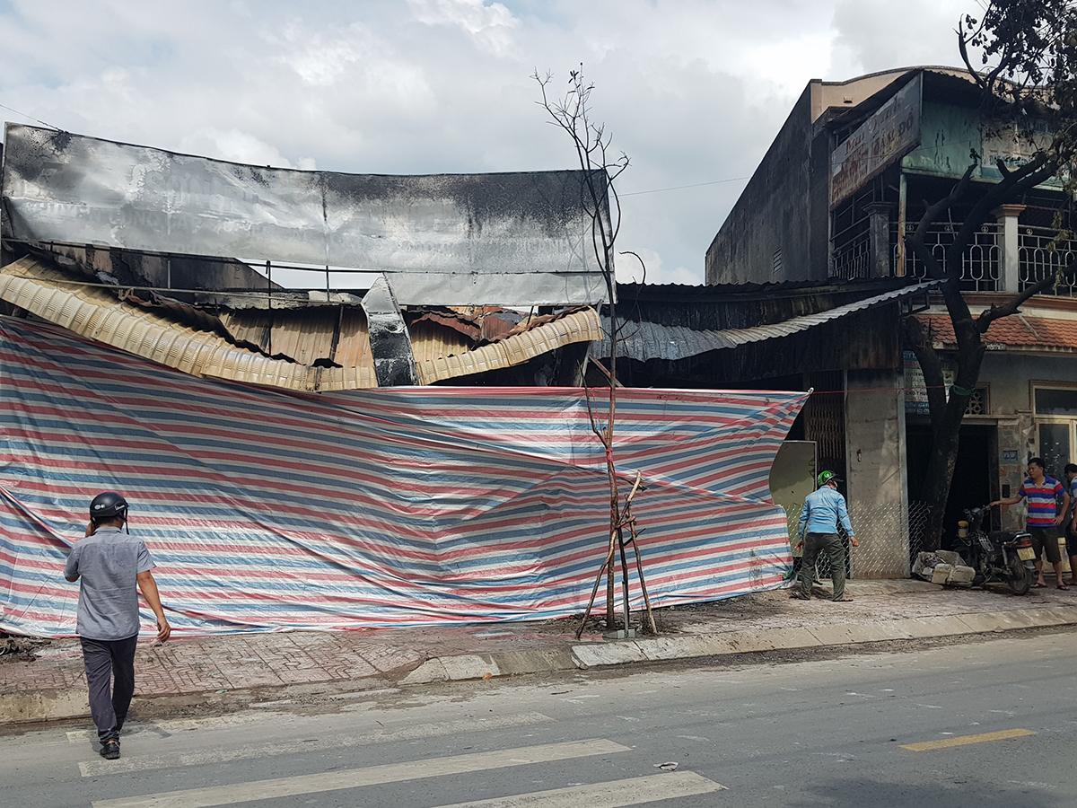 Mái tôn cửa hàng sơn bị đổ sụp sau hỏa hoạn. Ảnh: Đình Văn.