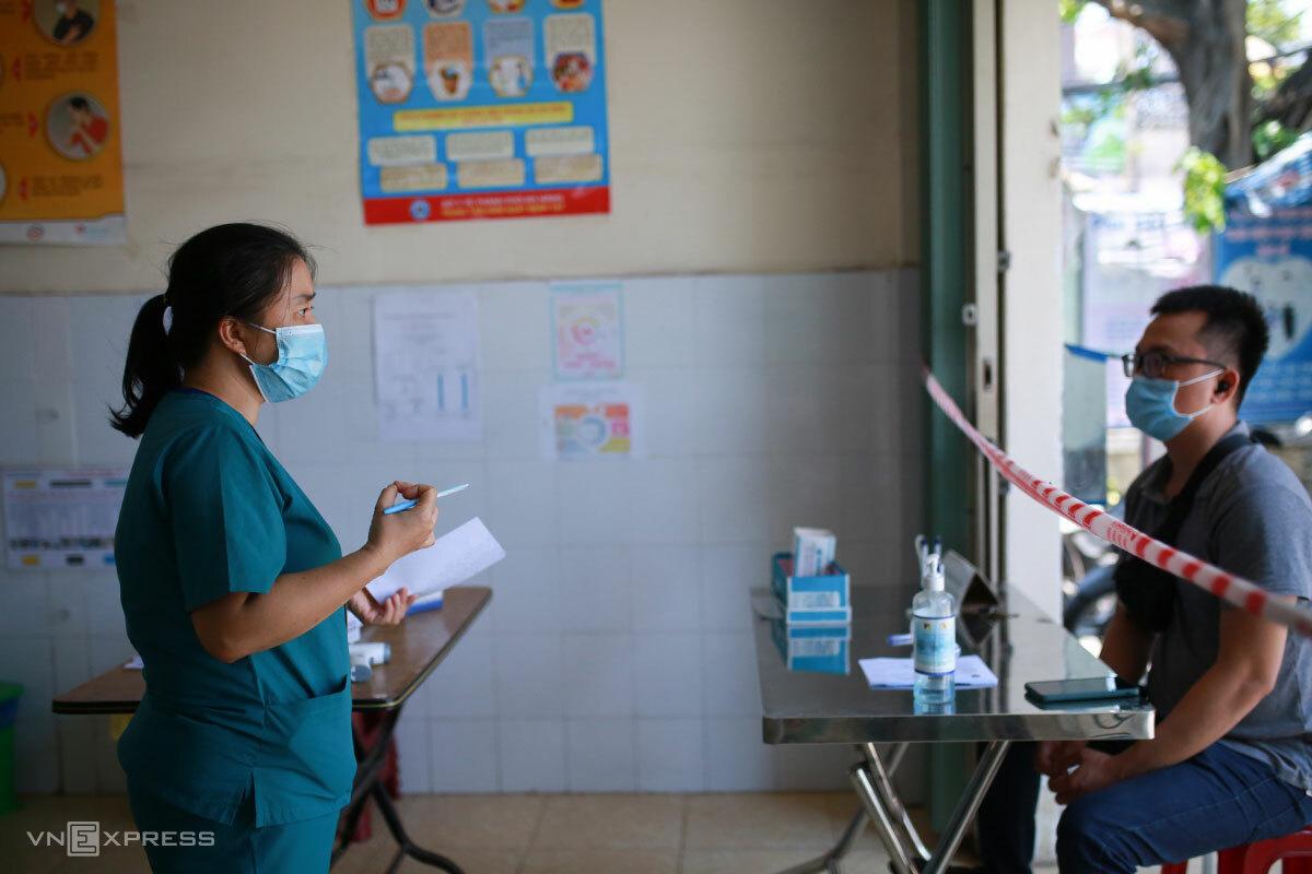 Người dân đến khai báo y tế khi có liên quan đến các ca Covid-19, tại trạm y tế phường Tam Thuận, ngày 10/5. Ảnh: Nguyễn Đông.