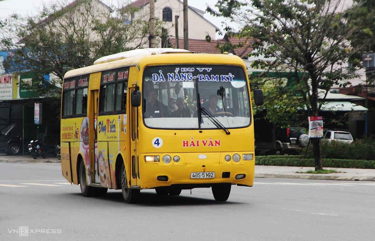 Xe buýt chạy tuyến Đà Nẵng – Quảng Nam. Ảnh: Đắc Thành