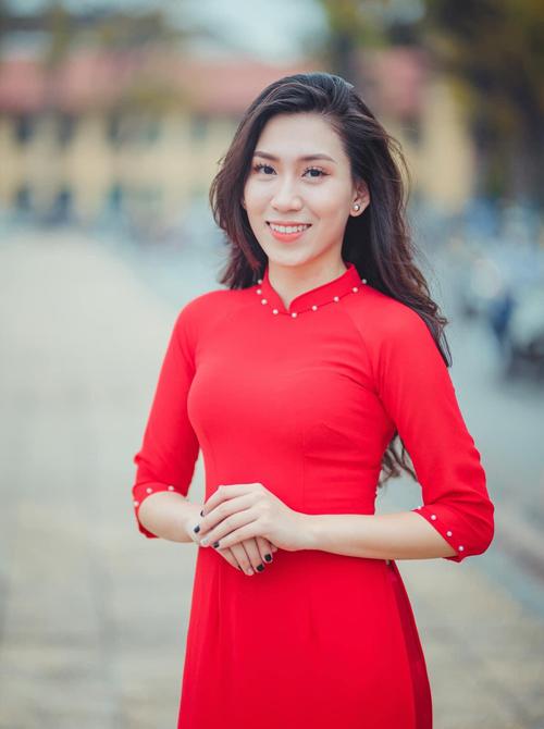 Tốt nghiệp khoa Sư phạm tiếng Anh, Đại học Ngoại ngữ, Đại học Quốc gia Hà Nội năm 2013, cô Đặng Huyền Trang trở về trường cũ, trở thành giáo viên tiếng Anh trường THPT chuyên Hà Nội - Amsterdam. Ảnh: NVCC.