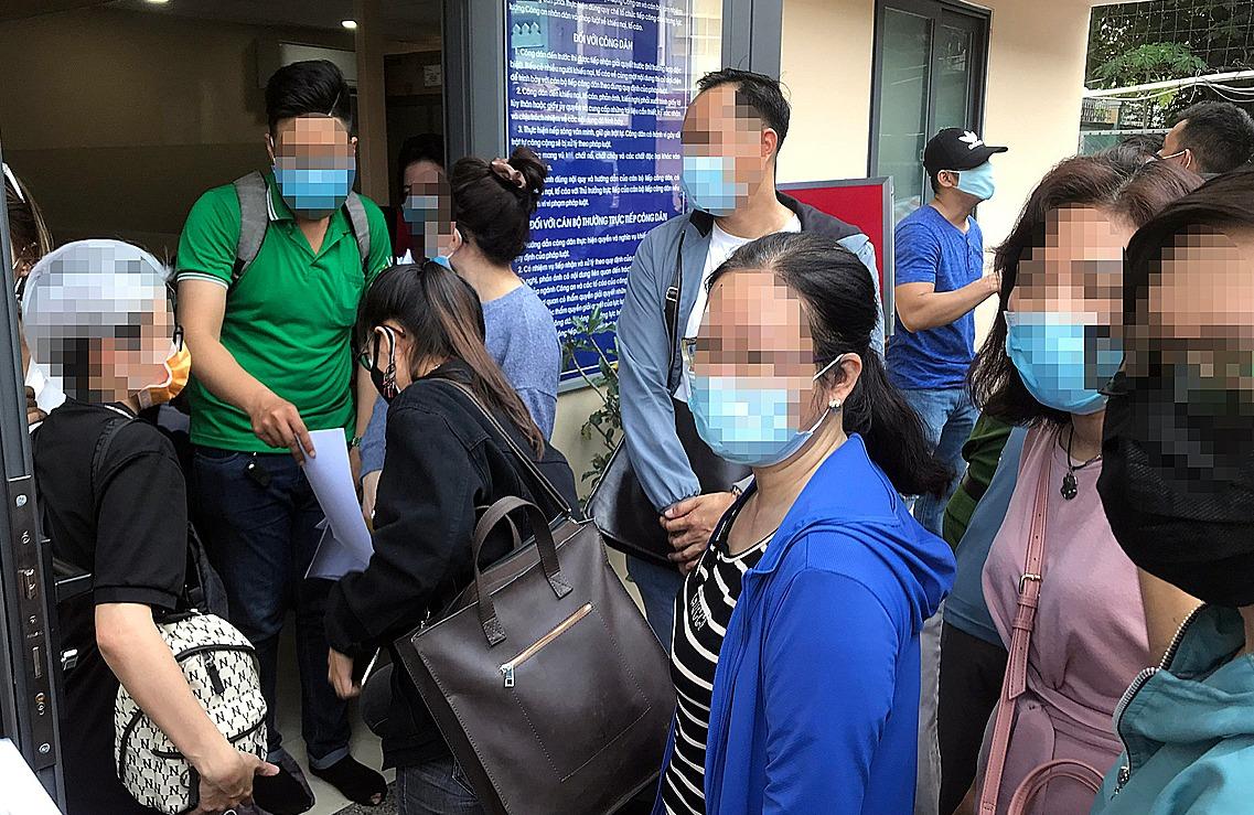 Người dân chờ đến lượt trình báo bị Busstrade chiếm đoạt tiền, chiều 10/5. Ảnh: Việt Anh.