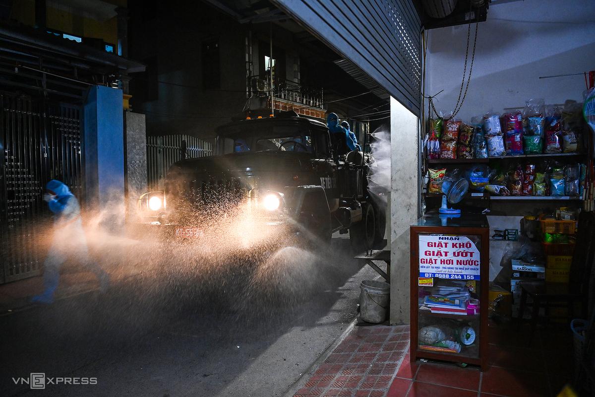 Bộ tư lệnh thủ đô phun khử khuẩn ở xã Kim Sơn, huyện Gia Lâm, Hà Nội, đêm 9/5. Ảnh: Giang Huy.
