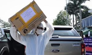 Tặng khẩu trang, đồ bảo hộ cho viện K Tân Triều