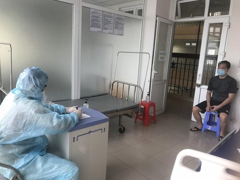 Điều tra viên làm việc với bệnh nhân 3051 tại Bệnh viện Nhiệt đới tỉnh Hải Dương. Ảnh: Công an tỉnh Hải Dương