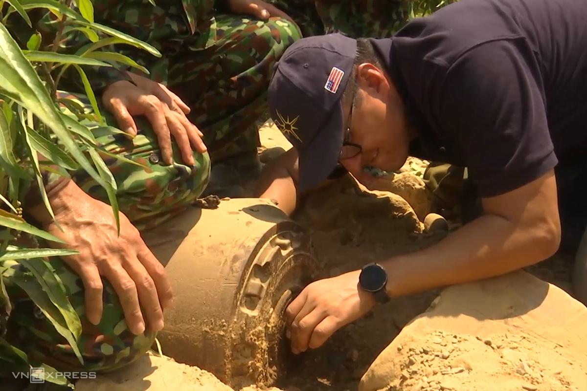 Chuyên gia nước ngoài kiểm tra ngòi nổ quả bom M11. Ảnh: Hoàng Táo