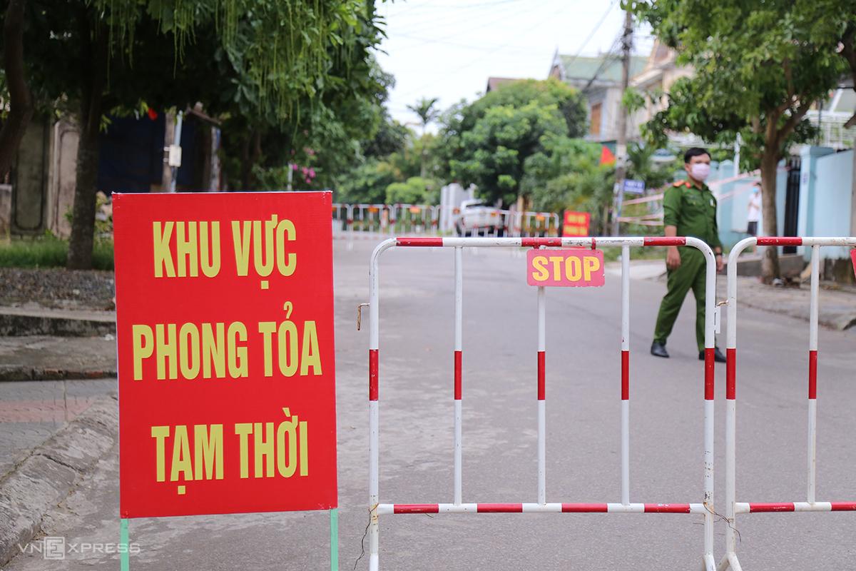 2 khu dân cư ở Quảng Trị bị phong toả tạm thời do có ca nghi nhiễm nCoV. Ảnh: Hoàng Táo