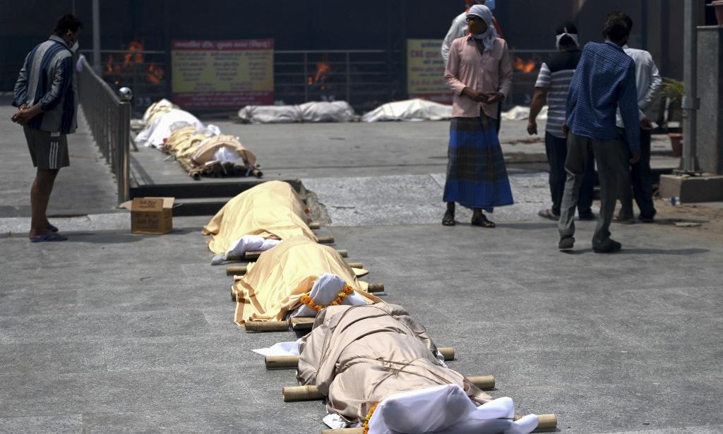 Thi thể chờ hỏa táng ở New Delhi hồi cuối tháng 4. Ảnh: AFP.