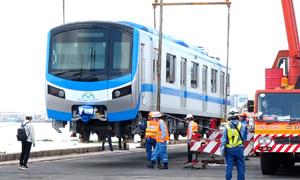 4 giờ bốc dỡ toa tàu metro ở cảng Khánh Hội