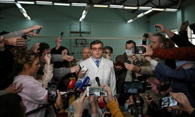 Bác sĩ Alexander Murakhovsky tại cuộc họp báo ở vùng Omsk, Nga tháng 8/2020. Ảnh: Reuters.