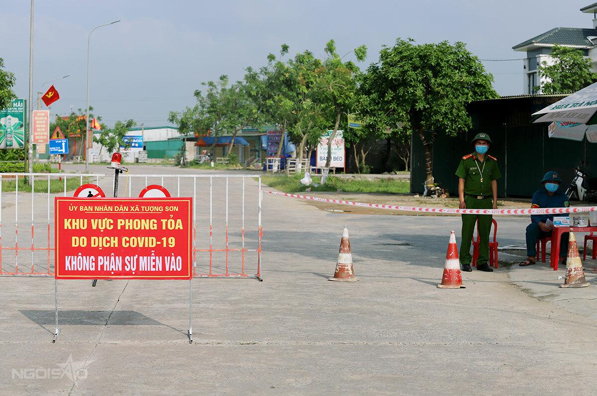 Tại xã Tượng Sơn, nhà chức trách thu gọn từ 5 chốt kiểm soát xuống còn 3. Ảnh: Hùng Lê
