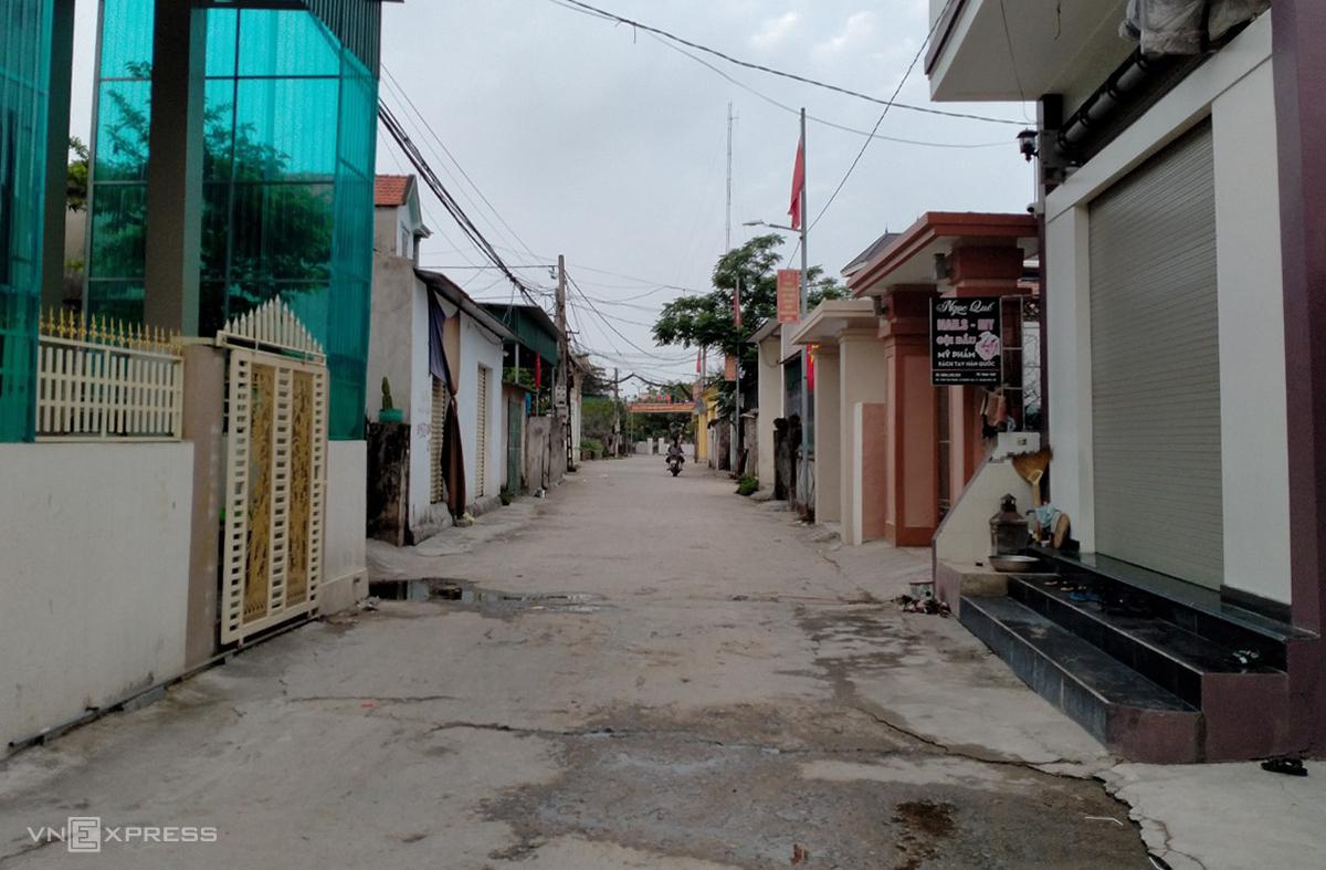 Đường thôn Tân Thành, xã Quỳnh Lập nơi đang bị phong tỏa vắng người qua lại,  trưa 9/5. Ảnh: Nguyễn Hải