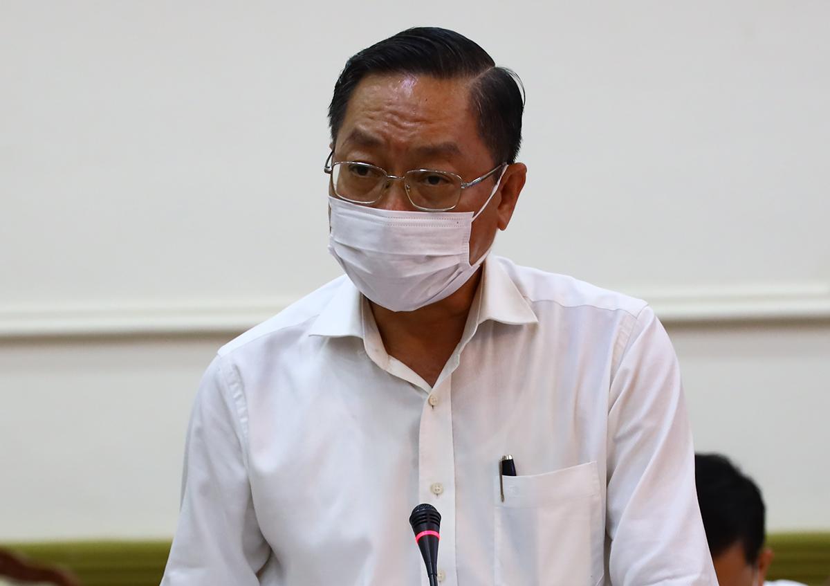 Giám đốc Sở Y tế TP HCM Nguyễn Tấn Bỉnh báo cáo tại cuộc họp trưa nay. Ảnh: Trung tâm báo chí TP HCM.