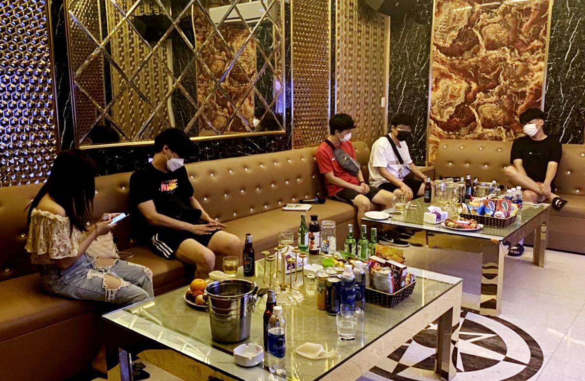 4 khách nước ngoài cùng 1 nữ tiếp viên bị công an Hải Phòng bắt quả tang đang hát, sử dụng bóng cười tại quán karaoke Hera trên phố Văn Cao, phường Đằng Giang, quận Ngô Quyền đêm 9/5, Ảnh: Công an Hải Phòng