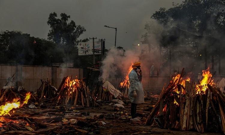 Những giàn thiêu đỏ lửa bên trong khu hỏa táng Seemapuri. Ảnh: NYTimes.