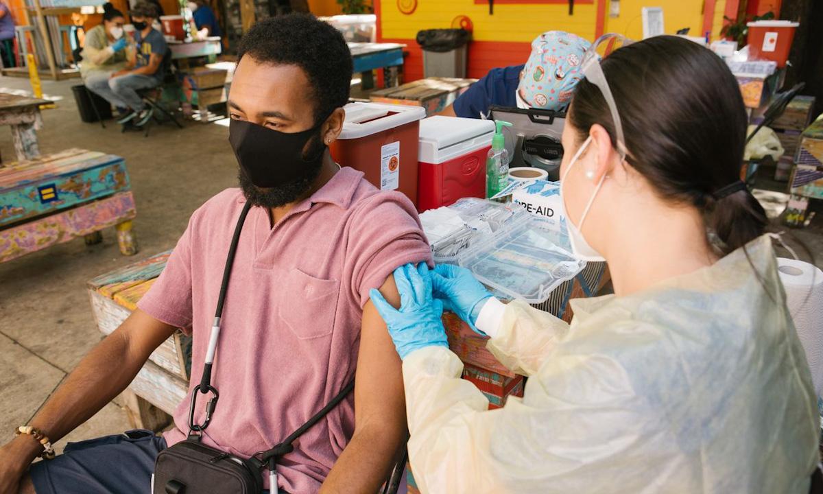 Người đàn ông được tiêm vaccine ngừa Covid-19 tại điểm tiêm chủng ở Miami hôm 8/5. Ảnh: WSJ.