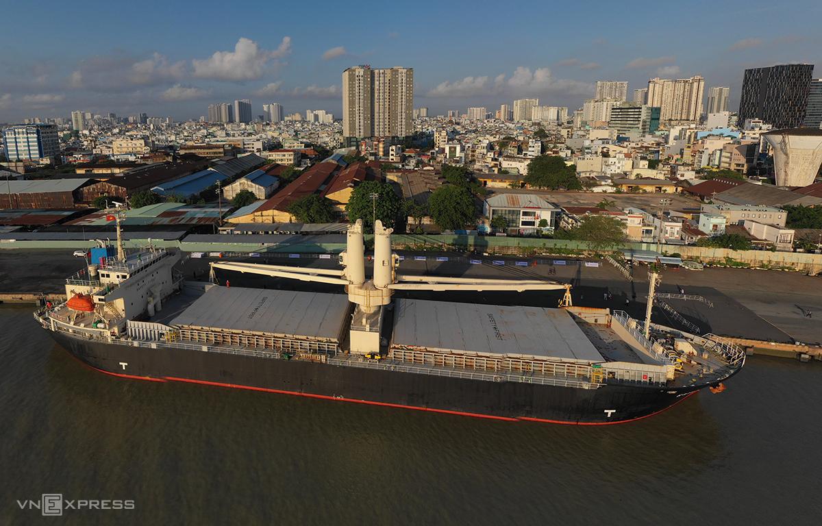 Tàu đã cập cảng Khánh Hội để chuẩn bị công tác tháo dỡ. Ảnh: Hữu Khoa.