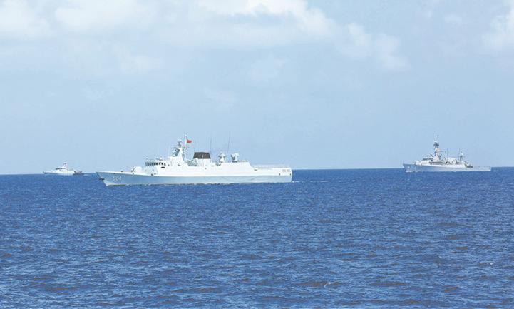Tàu hộ vệ Trung Quốc (giữa) và hai tàu tên lửa Indonesia diễn tập hôm 8/5. Ảnh: Bộ Quốc phòng Trung Quốc.