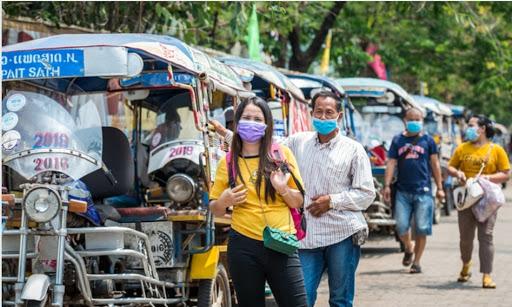 Người dân đeo khẩu trang trên đường phố Vientiane, Lào hôm 23/3. Ảnh: Xinhua.