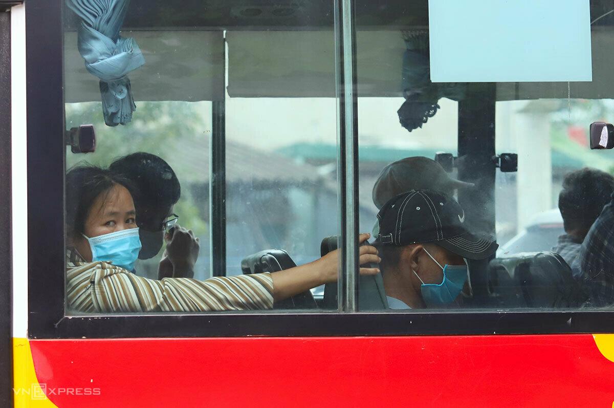Hành khách đi xe được yêu cầu đeo khẩu trang phòng dịch. Ảnh: Đức Hùng