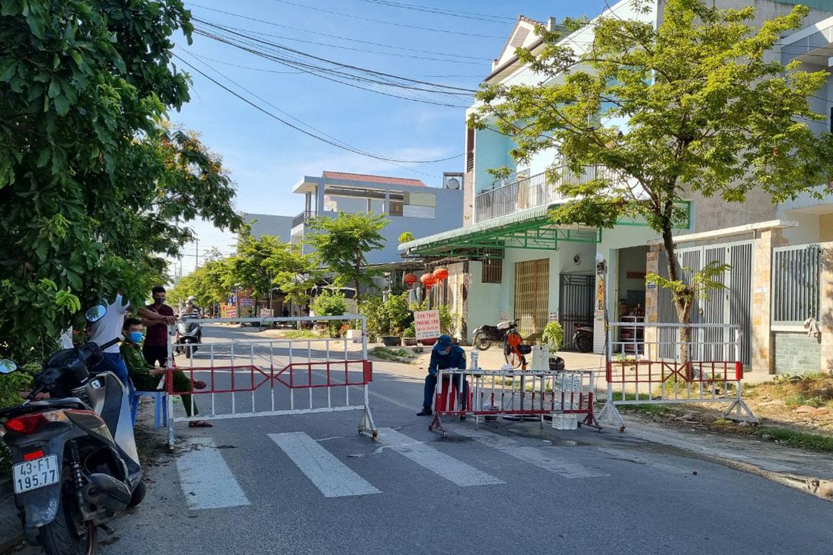Khu dân cư đường Lê Hiến Mai được phong toả và cách ly y tế. Ảnh: Đông Vân.