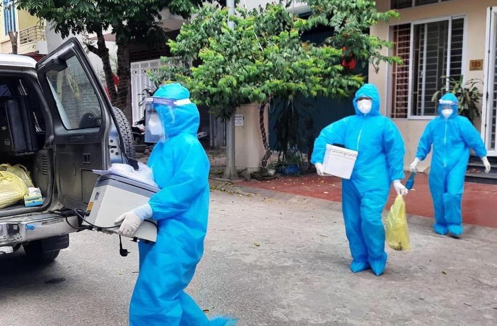 Lực lượng y tế lấy mẫu xét nghiệm ở TP Hoà Bình. Ảnh: Minh Chuyên.