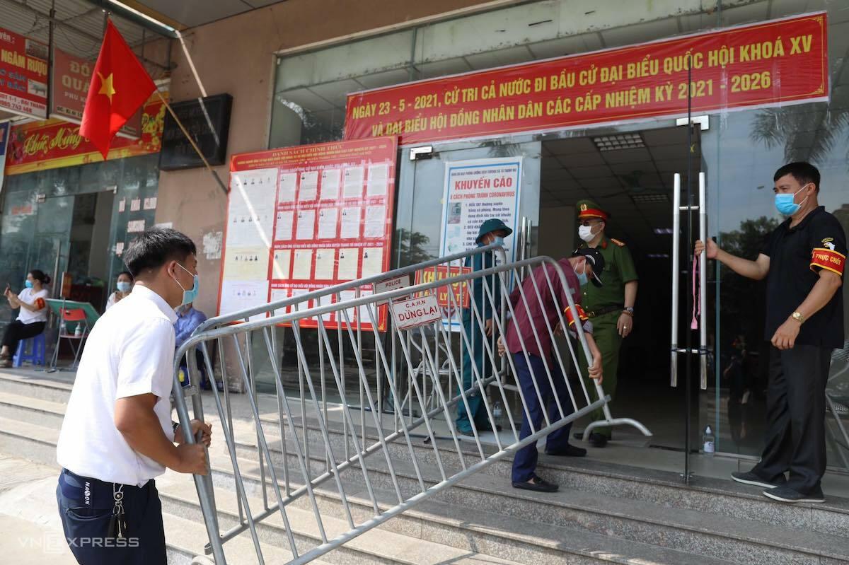 Nhà chức trách dựng rào chắn ba tòa chung cư Đại Thanh, xã Tả Thanh Oai, huyện Thanh Trì sáng 11/5. Ảnh: Ngọc Thành.