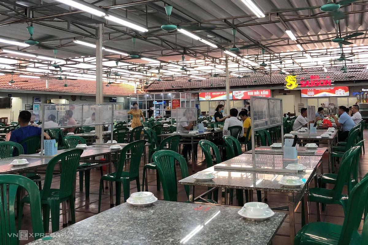 Quán bia hơi ở đường Trần Thái Tông, Cầu Giấy, ngày 10/5. Ảnh: Ngọc Thành
