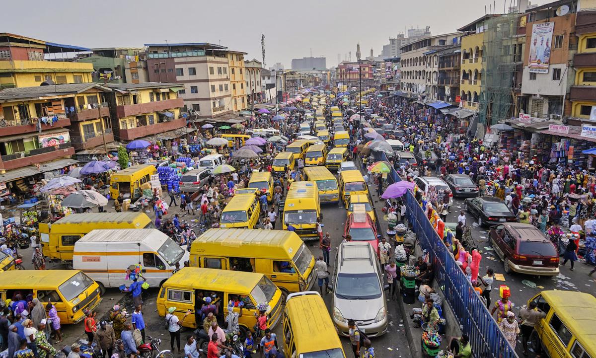 Khu phố đông đúc người và xe cộ ở thủ đô Lagos, Nigeria. Ảnh: Anadolu Agency.