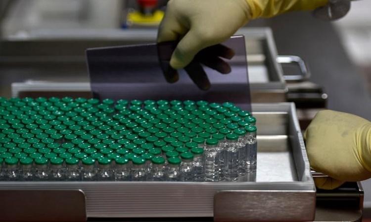 Các lọ vaccine Covid-19 trong phòng thí nghiệm tại Viện Serum Ấn Độ hồi tháng một. Ảnh: AFP.
