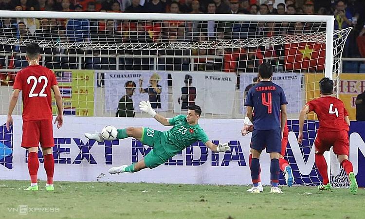 Dang Van Lam menggunakan kakinya untuk menghentikan tendangan penalti Thailand, saat bermain imbang 0-0 di My Dinh Stadium pada babak kualifikasi Piala Dunia 2022 pada November 2019.  Foto: Giang Huy.