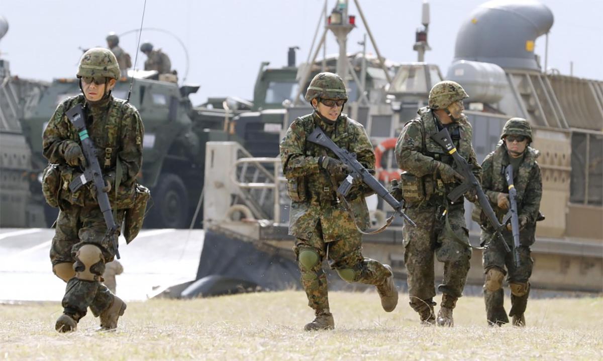Binh sĩ Lực lượng Phòng vệ Mặt đất Nhật Bản diễn tập đổ bộ đường biển với thủy quân lục chiến Mỹ tại Okinawa tháng 2/2020. Ảnh: Kyodo.