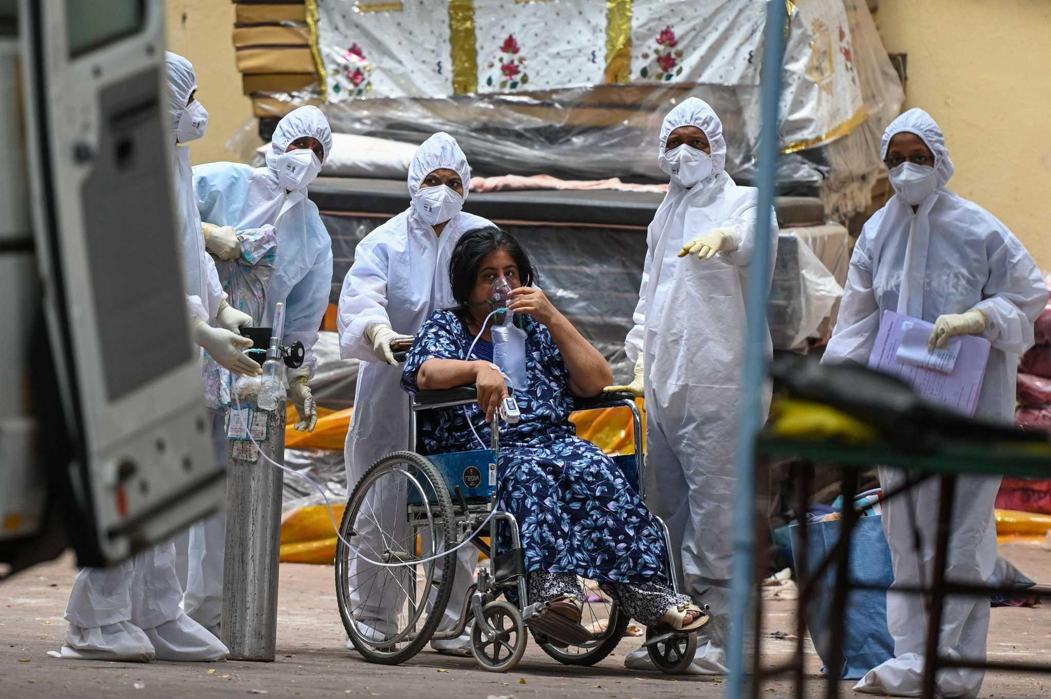 Bệnh nhân Covid-19 Ấn Độ được chuyển đến trung tâm điều trị tại thành phố Mumbai vào ngày 22/4. Ảnh: AFP.