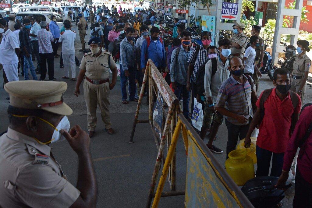 Người lao động ngoại tỉnh tại Chennai, Ấn Độ, lũ lượt kéo về quê sau lệnh phong tỏa vào ngày 10/5. Ảnh: AFP.
