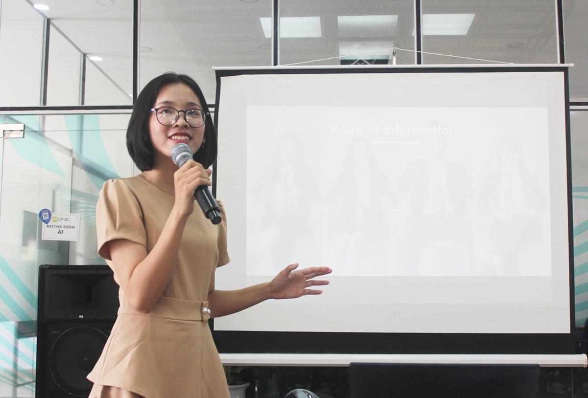 Như Thắm trong một workshop chia sẻ về tranh biện ở Đà Nẵng. Ảnh: Nhân vật cung cấp.