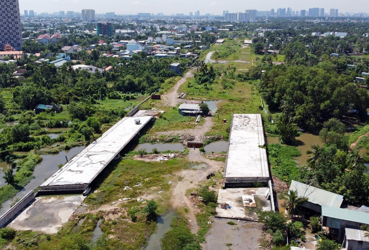 Công trường Vành đai 2 từ đường Phạm Văn Đồng đến nút giao Gò Dưa, TP Thủ Đức, ngưng thi công hồi cuối năm 2020. Ảnh: Gia Minh.