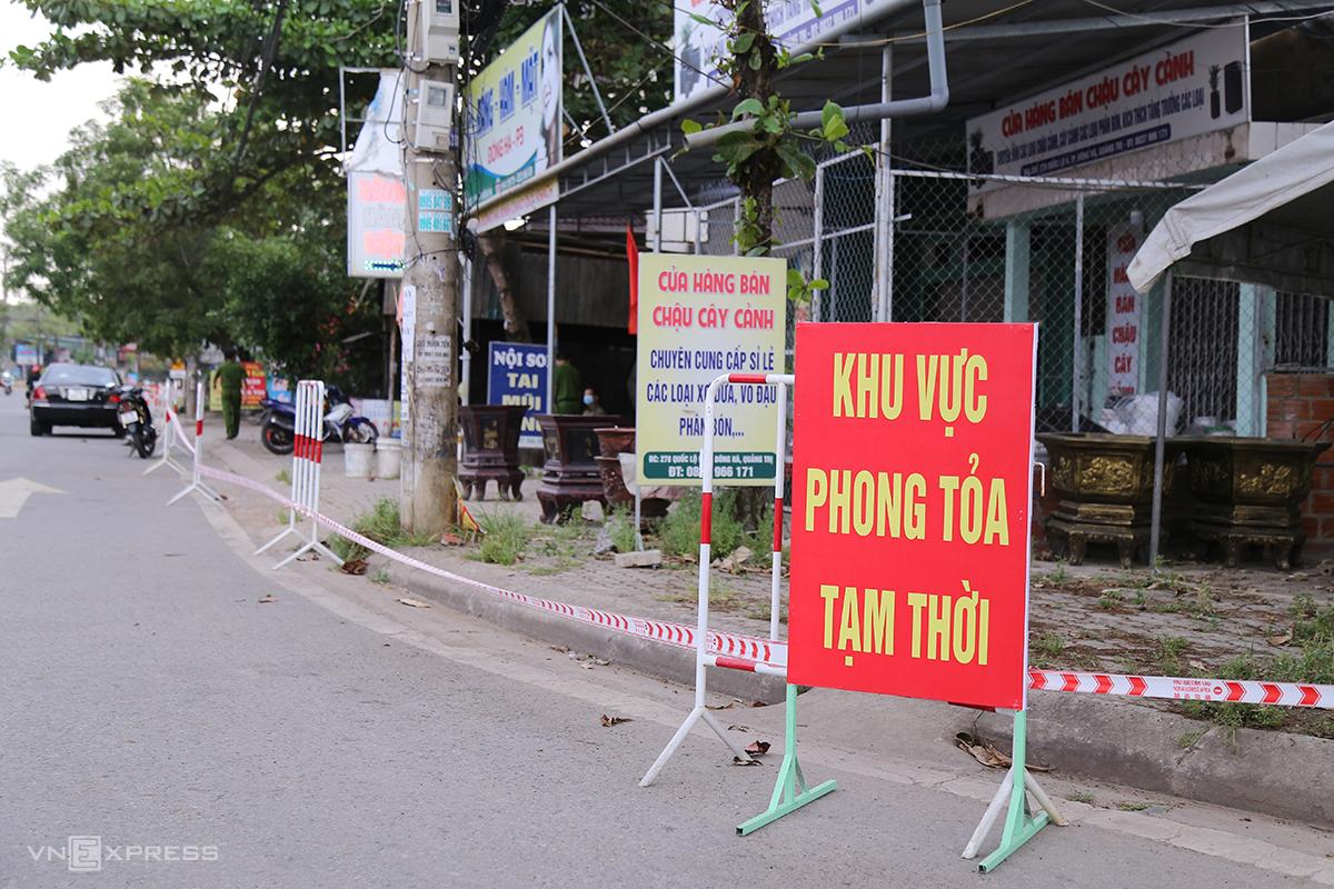TP Đông Hà yêu cầu người dân hạn chế ra đường, các hàng quán tạm dừng bán. Ảnh: Hoàng Táo