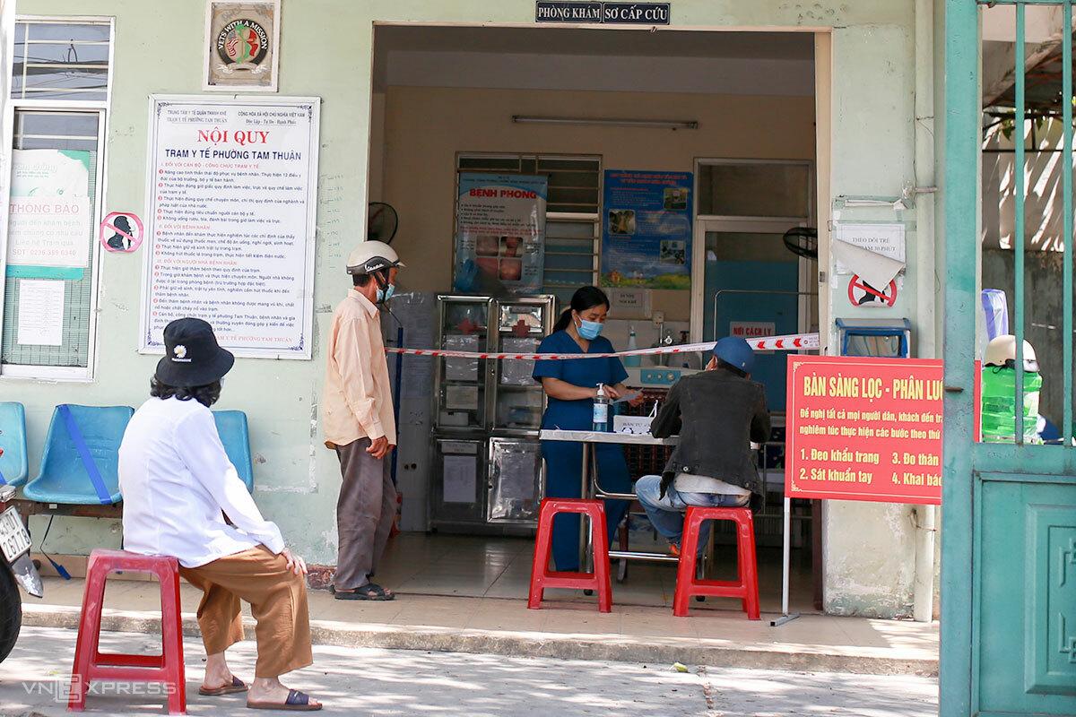 Nhân viên y tế phường Tam Thuận khai thác thông tin với người dân đến khai báo y tế. Ảnh: Nguyễn Đông.