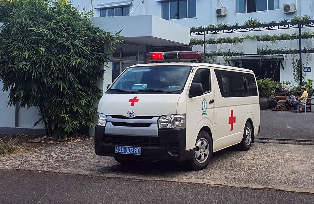 Xe cứu thương đưa người đi cách ly tại khu công nghiệp An Đồn. Ảnh: Ngọc Trường