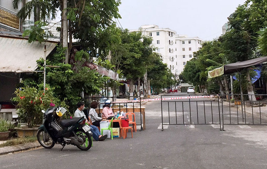 Khu dân cư trên đường Nguyễn Khắc Cần đã được phong toả. Ảnh: Ngọc Trường