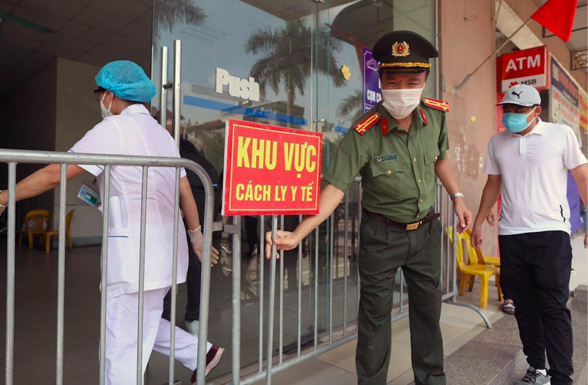 Tòa nhà C, khu CT10, chung cư Đại Thanh, xã Tả Thanh Oai (huyện Thanh Trì) bj phong toả sáng 11/5 sau khi ghi nhận một ca nghi nhiễm Covid-19. Ảnh: Ngọc Thành.