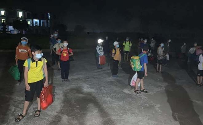 Hơn 30 học sinh cùng lớp với nam sinh lớp 6 ở Nam Định được đưa đi cách ly tập trung trong đêm 10/5. Ảnh: Đỗ Đức Lộc.