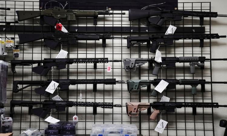 Súng trường được bày bán tại một cửa hàng vũ khí ở Oceanside, California, Mỹ, hôm 12/4. Ảnh: Reuters.