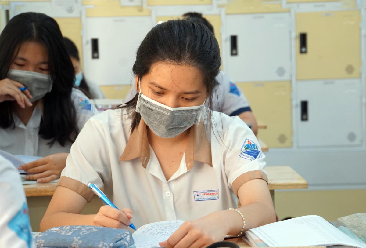 Học sinh lớp 9 trường THCS Lương Định Của trong tiết ôn tập Ngữ văn. Ảnh: Mạnh Tùng.