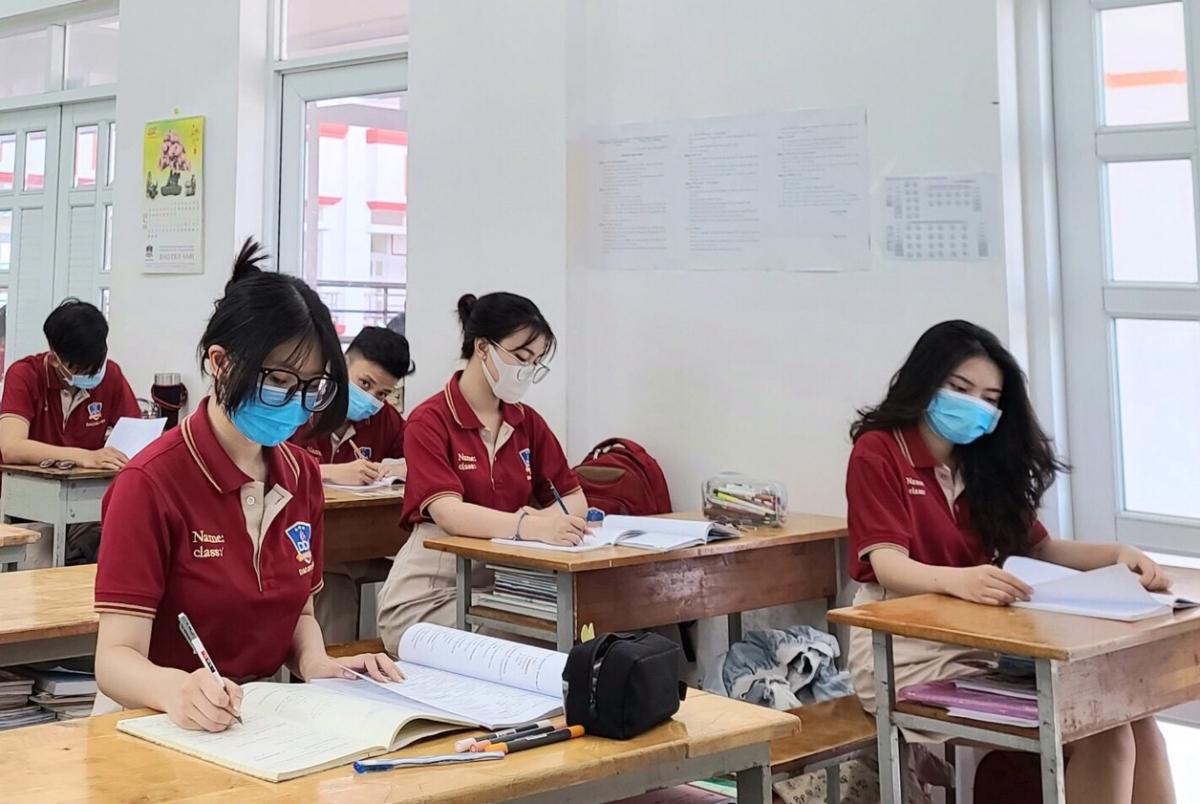 Học sinh lớp 12 trường THCS - THPT Đào Duy Anh ôn tập thi tốt nghiệp THPT, ngày 10/5. Ảnh: Trần Minh.