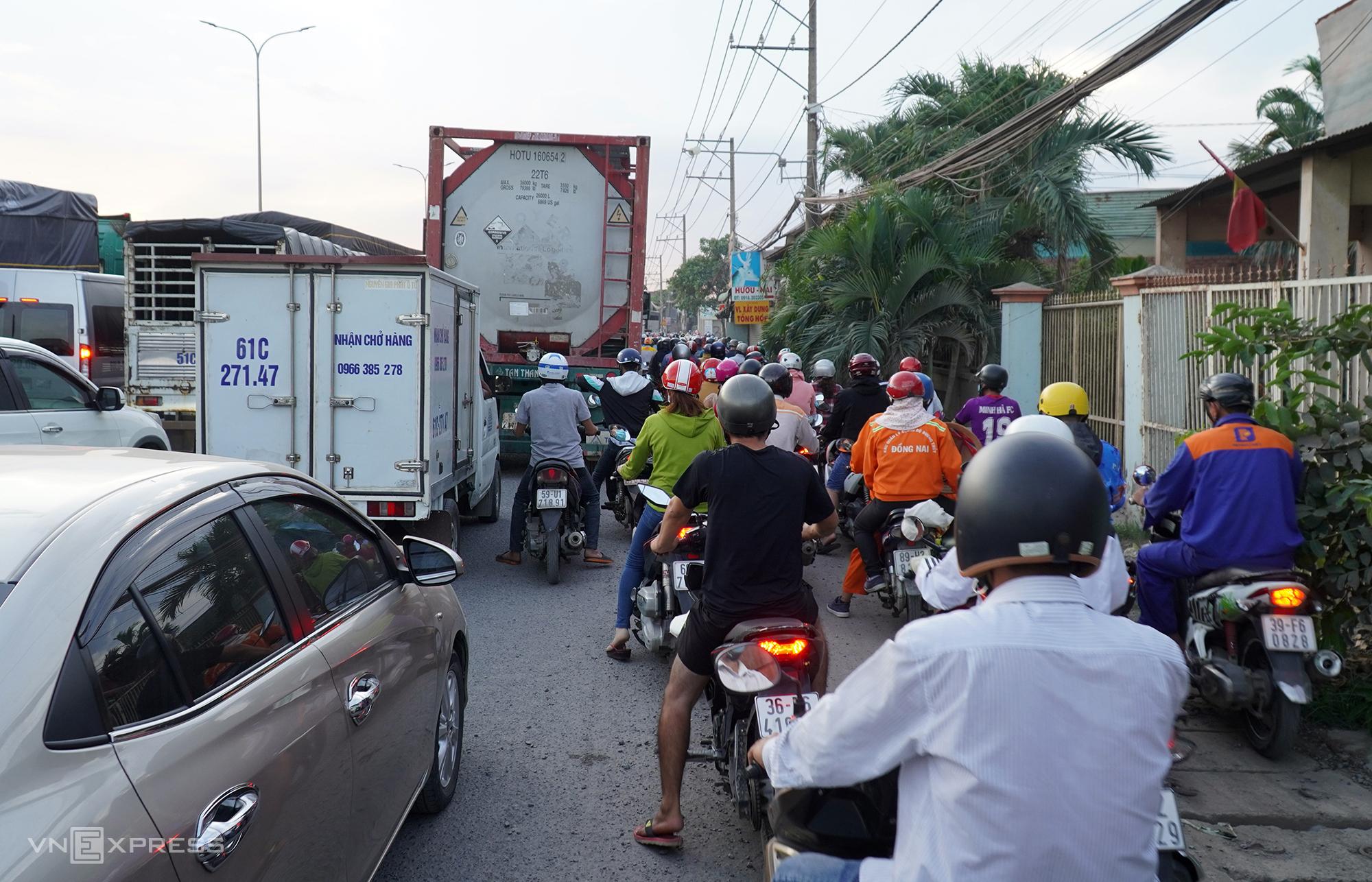 Người dân chôn chân trên quốc lộ 51 ở phường Phước Tân, TP Biên Hòa. Ảnh: Phước Tuấn