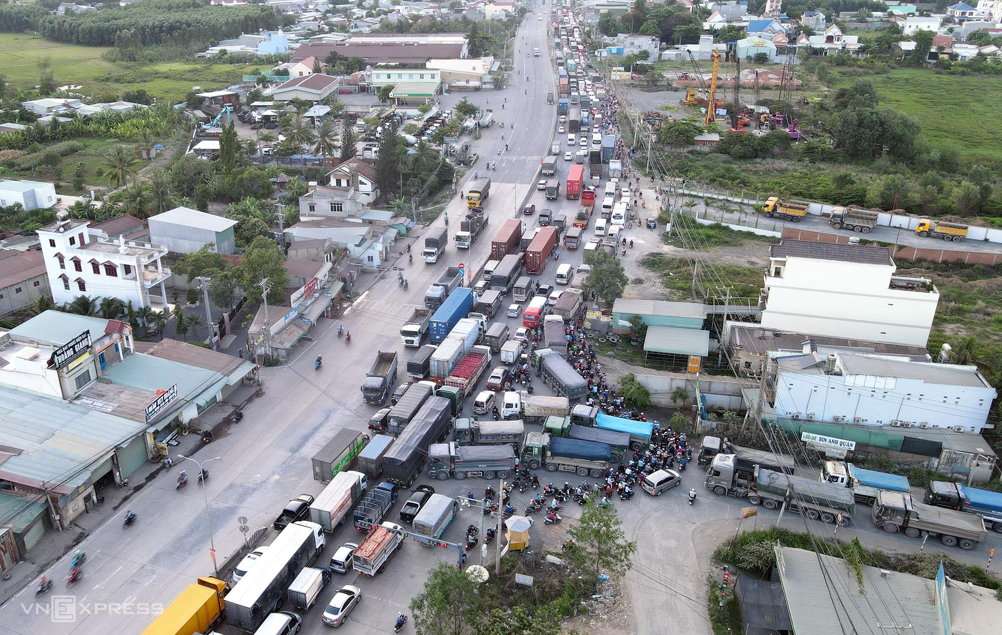 Kẹt xe khu vực nút giao với đường chuyên dùng vận chuyển khoáng sản đi qua phường Phước Tân, TP Biên Hòa chiều 5/5. Ảnh: Phước Tuấn