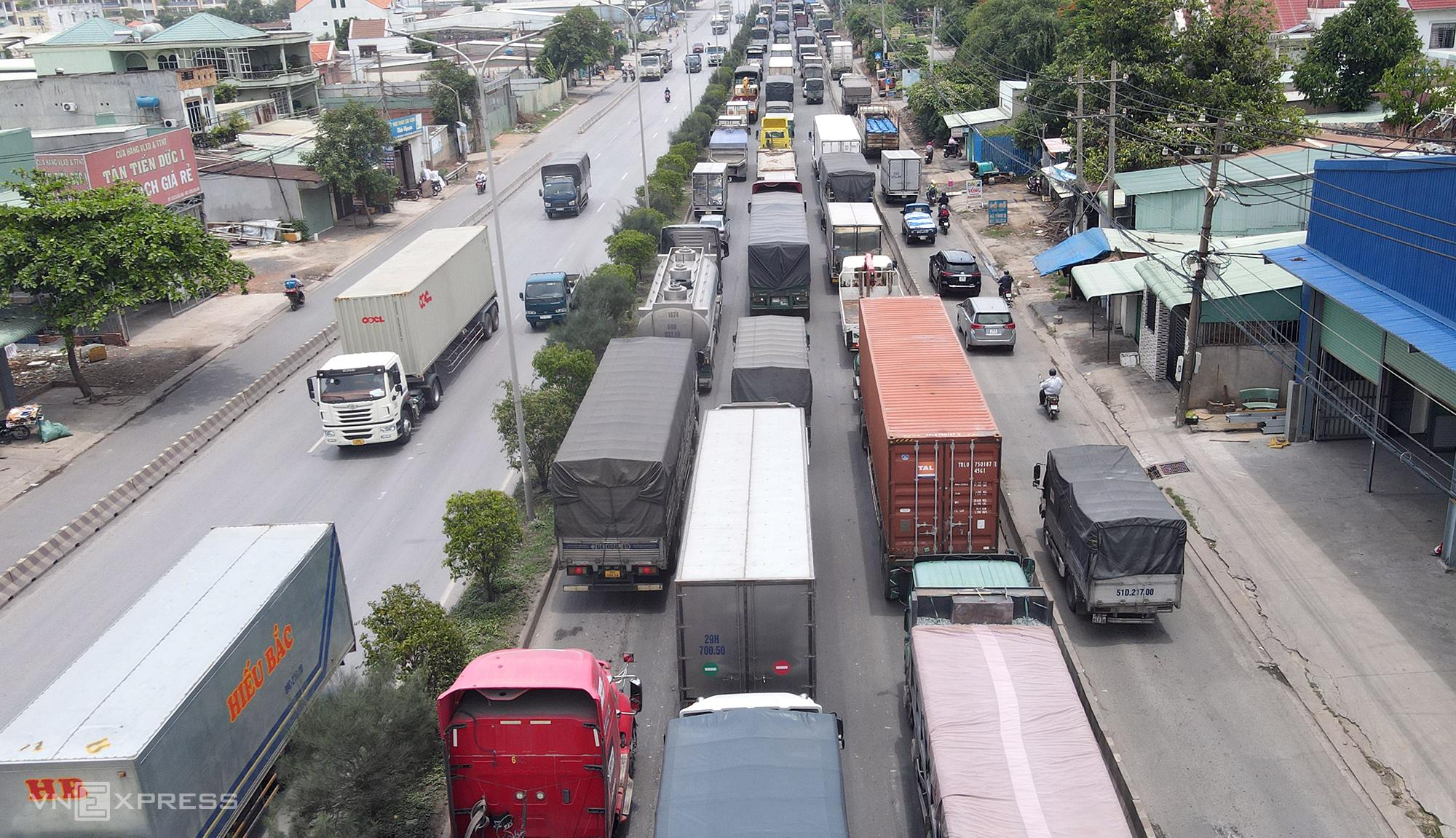 Quốc lộ 51 qua phường Long Bình Tân (Biên Hòa) kẹt xe kéo dài trưa 6/5. Ảnh: Phước Tuấn