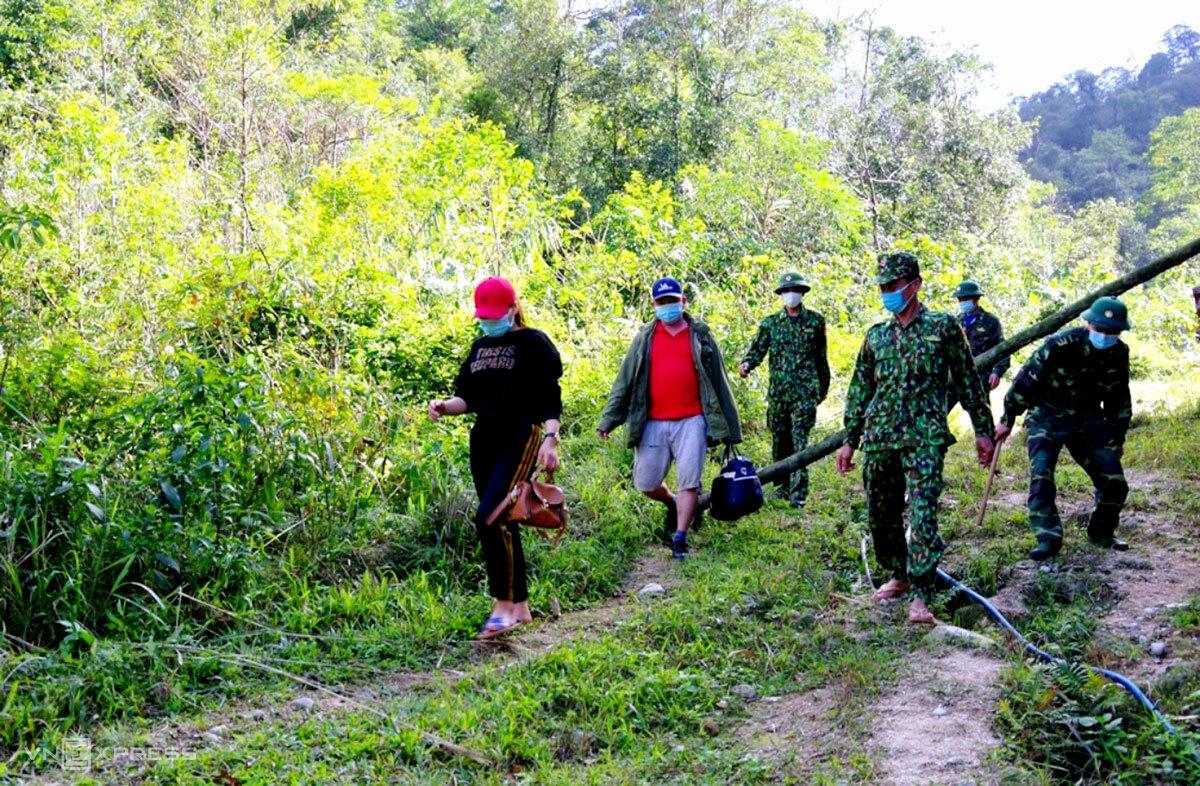 Bội đội Biên phòng Hà Tĩnh một phụ nữ và một đàn ông (góc trái, mặc áo đen và phông đỏ) vượt biên bằng đường tiểu ngạch hồi cuối năm 2020. Ảnh: Đức Hùng