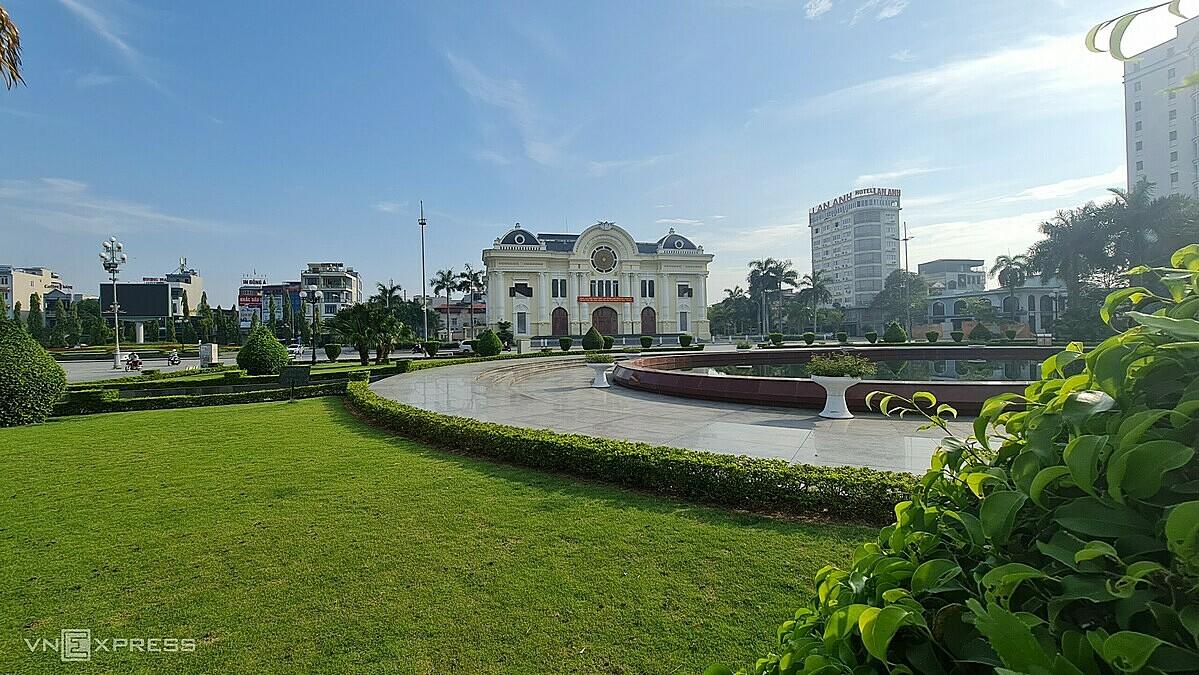 Khung cảnh vắng lặng tại quảng trường, trước cửa nhà hát Lam Sơn, TP Thanh Hoá, sáng 11/5. Khu vực này dịp bình thường mỗi tối đón cả nghìn người tới dạo bộ hoặc kinh doanh buôn bán nhưng sẽ bị cấm hoạt động từ đêm nay. Ảnh: Lê Hoàng.